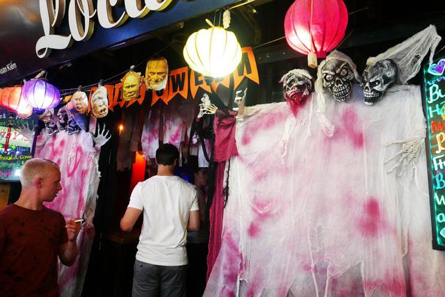 Mặt tiền một quán bar trên phố Tạ Hiện được trang trí nhiều hình thù kinh dị.