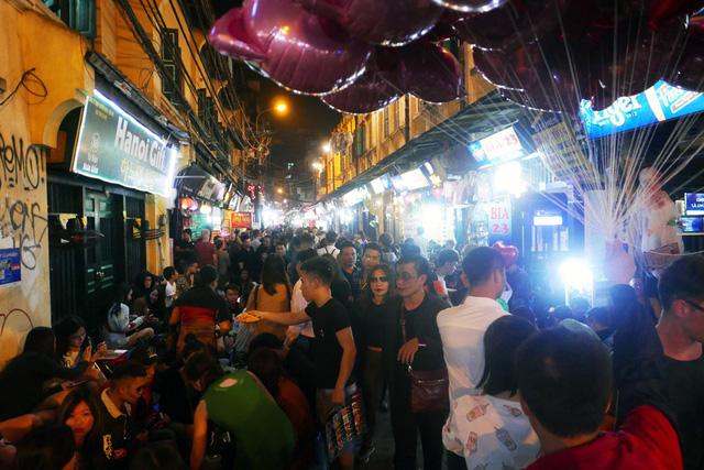 Tối 31/10, dù là ngày giữa tuần nhưng các phố vui chơi ở phố cổ Hà Nội như Tạ Hiện, Lương Ngọc Quyến, Mã Mây... vẫn đông nghịt người đi chơi đêm Halloween.