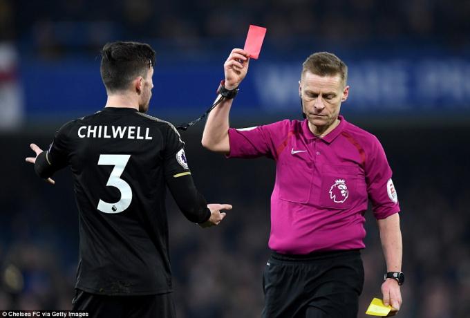 BenChilwell nhận thẻ vàng thứ 2 rời sân. (Ảnh: Chelsea Fc via Getty Images)