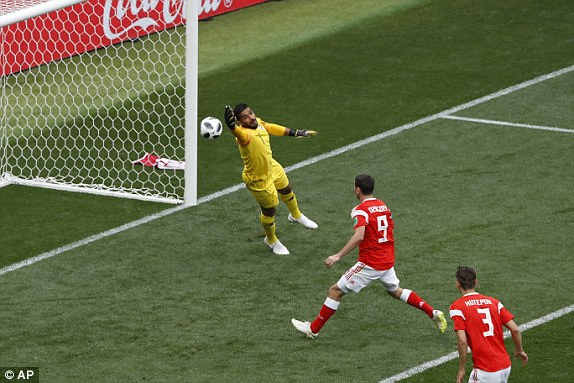 Yuri Gazinsky ghi bàn thắng mở tỉ số cho đội nhà và cũng là bàn thắng đầu tiên tại World Cup. (Ảnh: AP)