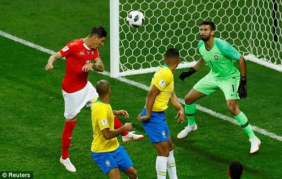 Zuber đánh đầu tung lưới Brazil.(Ảnh Reuters)