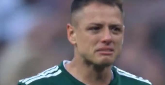 Chicharito nức nở sau trận đấu. (Ảnh: Cắt từ clip)