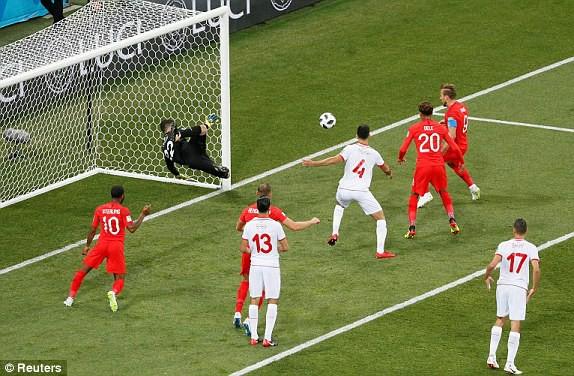 Harry Kane đệm bóng cận thành mở tỉ số cho đội tuyển Anh. (Ảnh: Reuters)