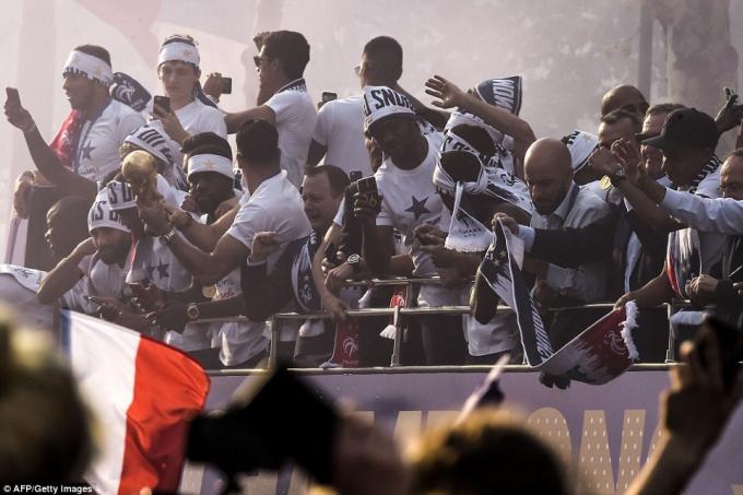 Các cầu thủ hòa mình cùng người hâm mộ nước nhà.