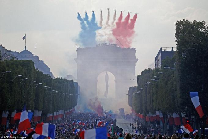 Máy bay biểu diễn nhả khói thành màu của lá cờ nước Pháp trên Khải Hoàm Môn.