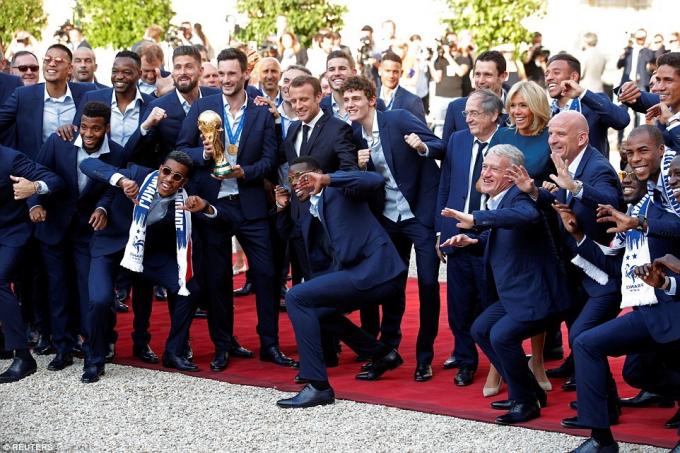 Thành viên đội tuyển Phápchụp hình cùng Tổng thống Macron .