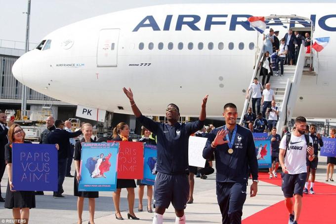 Paul Pogba tỏ ra hân hoan trước sự chào đón của người hâm mộ.