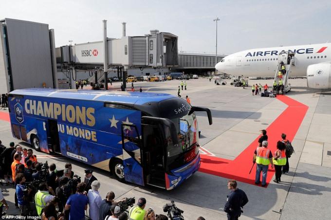 Chiếc xe được chuẩn bị để đón các nhà vô địch tại sân bay.