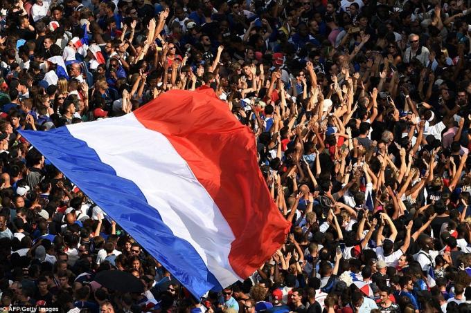 Hàng trăm nghìn người hâm mộ đã đổ ra đường để chào đón các tân vương.
