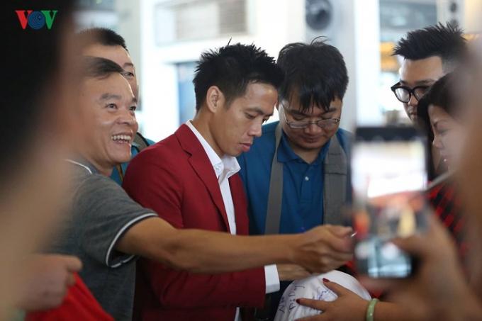 Khá đông người hâm mộ Việt Nam cũng có mặt ở sân bay để về nước sau khi bay sang xem trận tranh HCĐ ASIAD 2018.