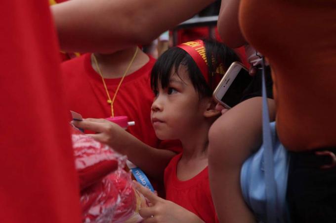 Nhiều trẻ nhỏ cũng đã theo người thân ra sân vận động Mỹ Đình.