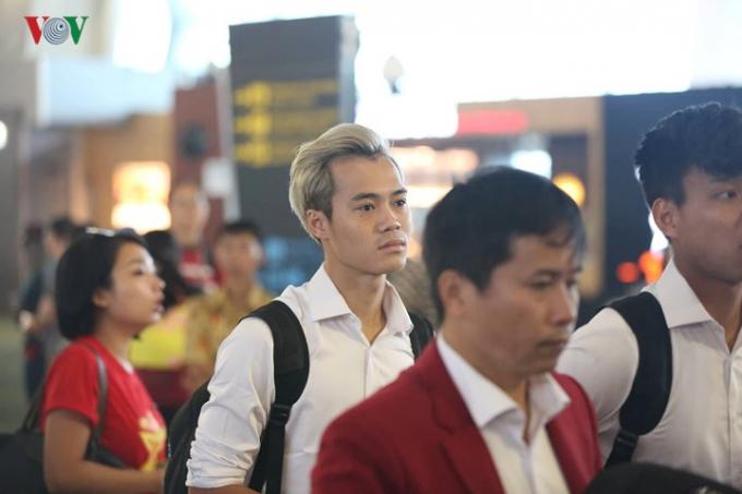 Văn Toàn nổi bật giữa đám đông với mái tóc bạch kim.