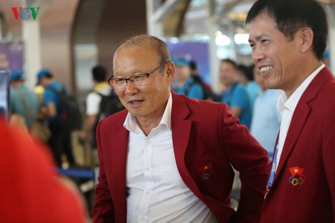 HLV Park Hang Seo trò chuyện cùng trưởng đoàn thể thao Việt Nam, Trần Đức Phấn.