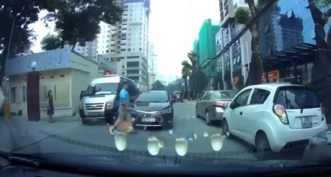 Pha sang đường bất cẩn của người đàn ông. (Ảnh: Cắt từ clip)