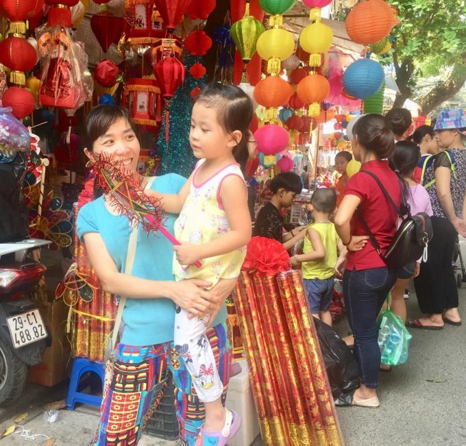 Nụ cười rạng rỡ của người lớn khi chọn được món đồ yêu thích của trẻ em.