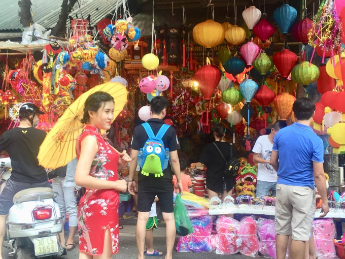 Hà Nội: Phố Hàng Mã nhộn nhịp người mua sắm đồ chơi trước ngày Trung thu