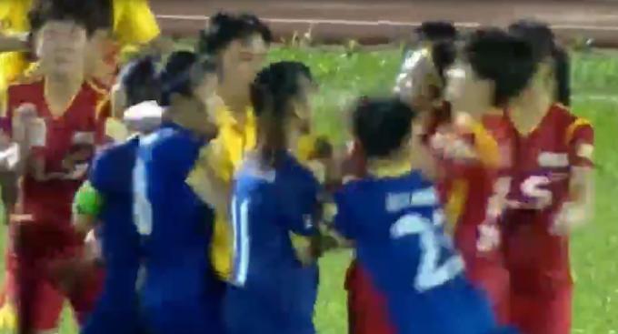 Các cầu thủ lao vào nhau hỗn chiến. (Ảnh: Cắt từ clip)