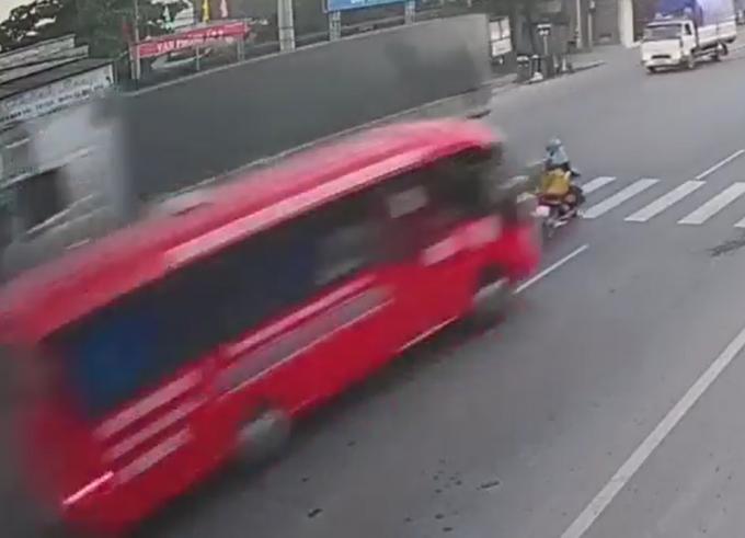 Xe máy sang đường bị ô tô tông trúng do không quan sát. (Ảnh: Cắt từ clip)