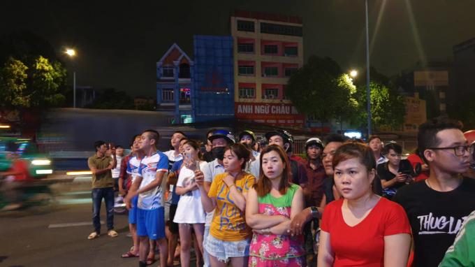 Người dân tụ tập trước quán karaoke XO xem lực lượng chức năng khám xét .