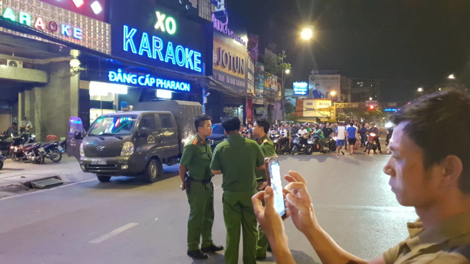 Cảnh sát phong tỏa khu vực quán karaoke XO.