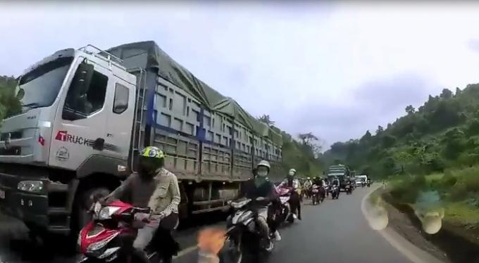 Đoàn phượt thủ vượt lấn làn suýt tông phải ô tô. (Ảnh: Cắt từ clip)