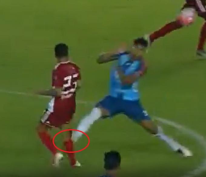 Pha vào bóng ác ý của cầu thủ Leonardo Urapuca. (Ảnh: Cắt từ clip)