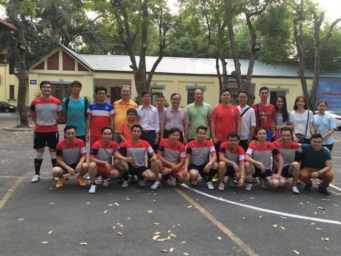Niềm vui của các cầu thủ và cổ động viên Đại học Luật Hà Nội sau chiến thắng 3-1.