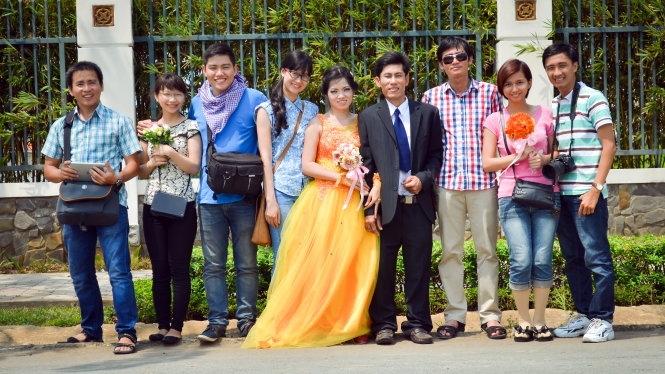 Trưởng nhóm ABOB, anh Phùng Tuấn Dũng(ngoài cùng bên phải) cùng các thành viên, nhân vật chụp hình.
