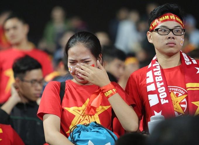 Những giọt nước mắt của người hâm mộ thể hiện tình yêu với bóng đá nước nhà. Ảnh: Internet