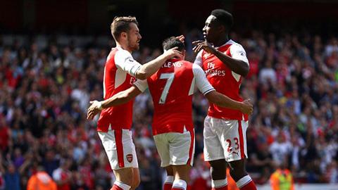 Sanchez và Ramsey cùng nổ súng nhưng không thể giúp được Arsenal vào Top 4