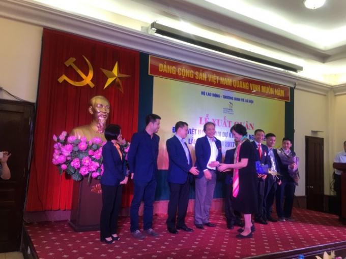 Bà Nguyễn Thị Hằng, nguyên Bộ trưởng Bộ LĐ-TB và XH tặng hoa, chúc mừng đoàn Việt Nam tham dự cuộc thi.