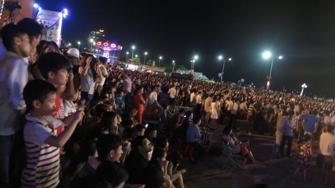Cửa Lò - Nghệ An: Dòng người chen chúc tham dự khai mạc