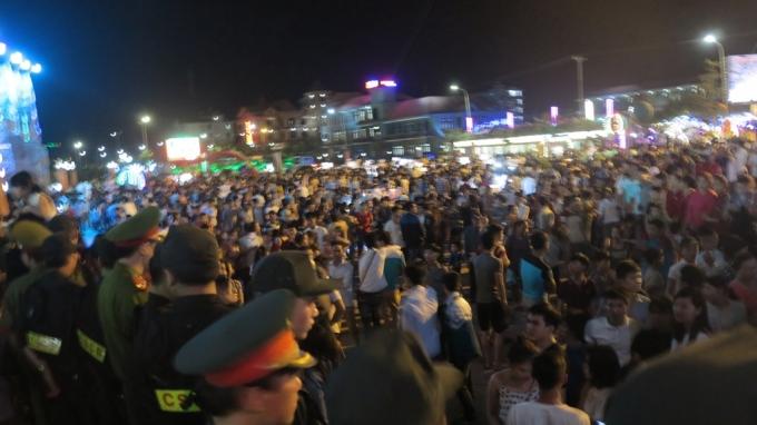 Trong đêm 30/4, hàng vạn du khách, người dân địa phương đã đổ về thị xã Cửa Lò tham gi đêm khai mạc mùa du lịch 2016.