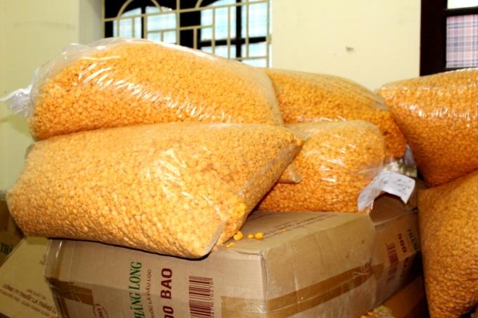 Tại cơ sở kinh doanh, lực lượng chức năng thu giữ 2,5 tấn bánh kẹo, bim bim đều không có nguồn gốc xuất xứ.