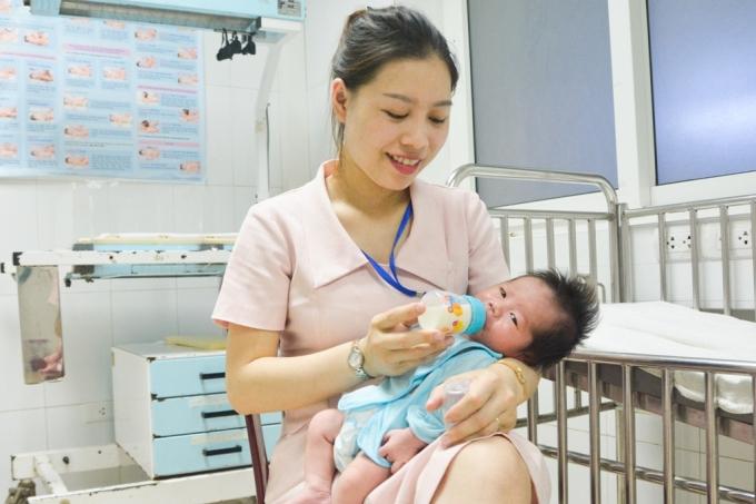 Hiện tại bé gái được các điều dưỡng viên thay phiên nhau chăm sóc, sức khỏe của bé rất tốt.