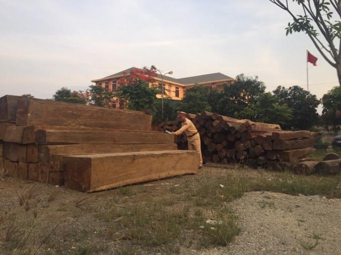 Lực lượng chức năng tiến hành kiểm đếm số gỗ, hoàn thiện hồ sơ bàn giao cho Phòng Cảnh sát kinh tế Công an tỉnh Nghệ An tiếp tục làm rõ.