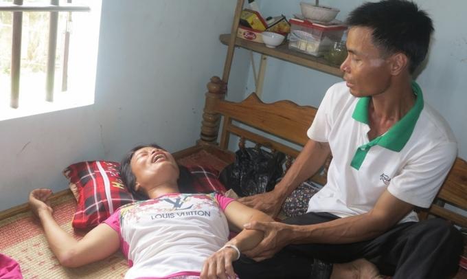 Một lúc mất đi hai người con, chị Giang như gục ngã trước nỗi đau đến tột cùng.