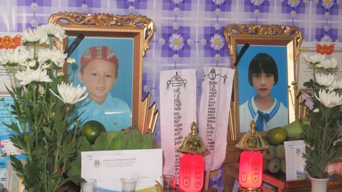 Di ảnh của hai cháu Trung và Hương. Nhìn khuôn mặt của những đứa trẻ thơ không ai cầm nổi nước mắt.