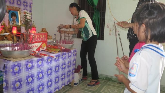 Bạn học cùng lớp đến thắp hương cho các em, khiến những người có mặt trong căn nhà không cầm nổi nước mắt.