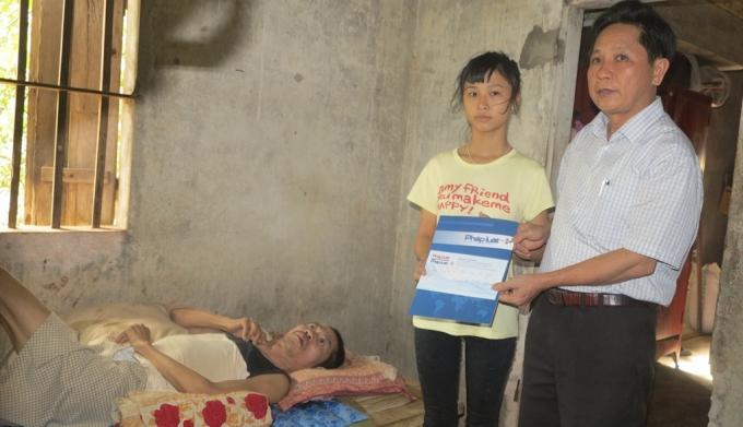Ông Đặng Văn Thành - PCT HĐND huyện Nam Đàn thay mặt lãnh đạo địa phương trao số tiền 3.000.000 đồng từ Qũy Nhịp cầu Plus tới gia đình em Đào Thị Tố Uyên.