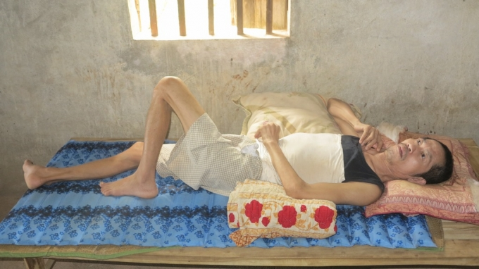 Đã Hơn 5 năm nay ông Đào Duy Khánh phải nằm liệt giường vì tai biến. Hàng ngày mỗi buổi đến trường một buổi Uyên cùng người em trai thay nhau chăm sóc cho cha và lo cái ăn từng bữa.