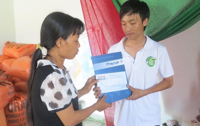 Phóng viên trao số tiền hỗ trợ 1.000.000 đồng / 1 trường hợp tử vong do đuối nước, cho gia đình các nạn nhân ở xã Diễn Quảng, huyện Diễn Châu, Nghệ An.