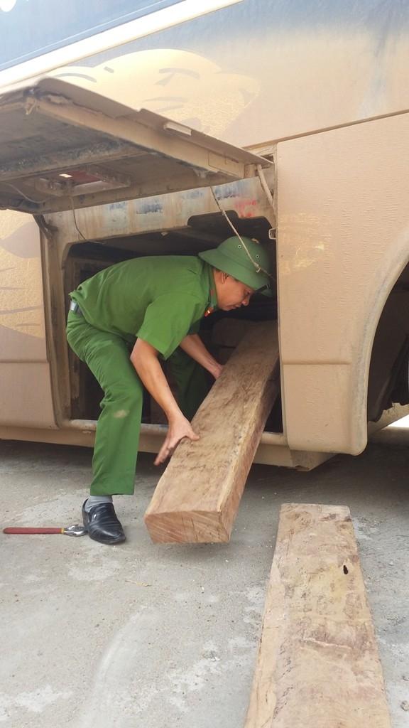 Lực lượng chức năng tiến hành khám chiếc xe và thu một lượng lớn gỗ Đinh Hương.