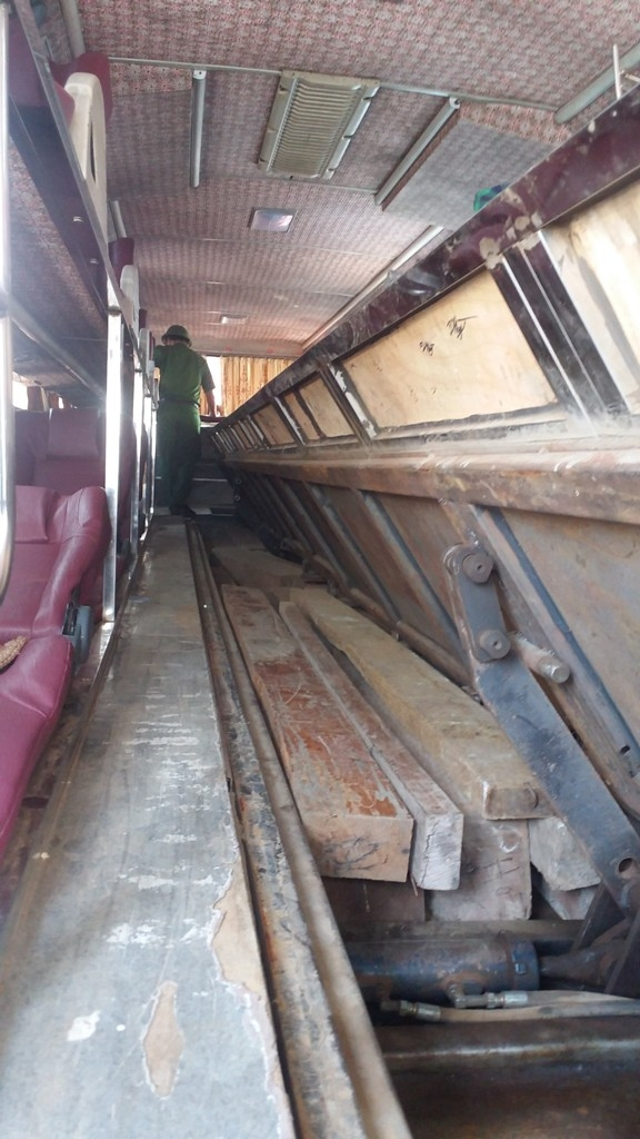 Chiếc hầm được ngụy tranh dưới hành lang lối đi trên xe khách, nơi cất giấu lượng lớn gỗ lậu.
