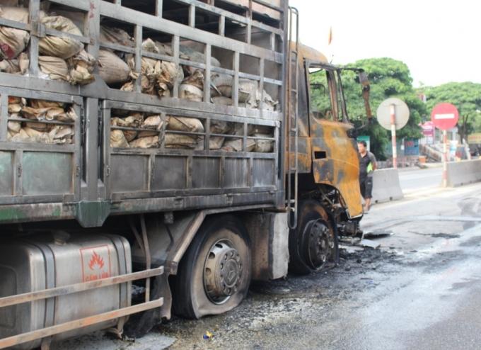 Sau một số tiếng nổ, ngọn lửa bắt đầu bùng cháy rồi bao trùm toàn bộ phần đầu chiếc xe tải.