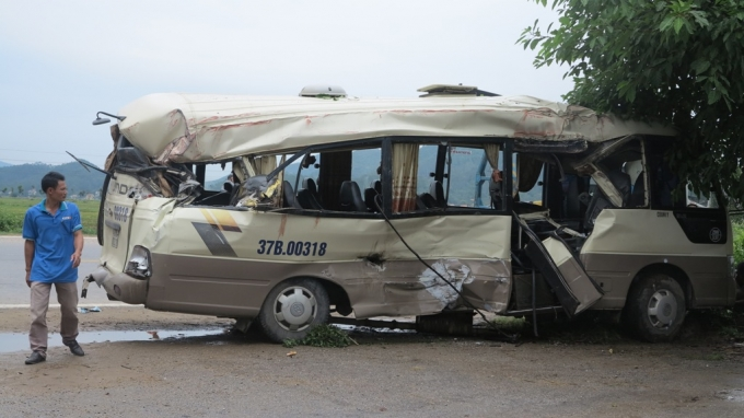 Chiếc xe khách bị biến dạng sau cú va chạm kinh hoàng.