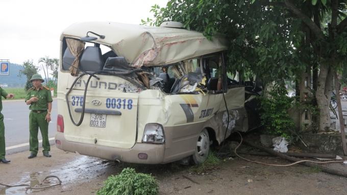 Vụ tai nạn khiến 10 hành khách trên xe bị thương, được đưa đến bệnh viện cấp cứu sau đó.