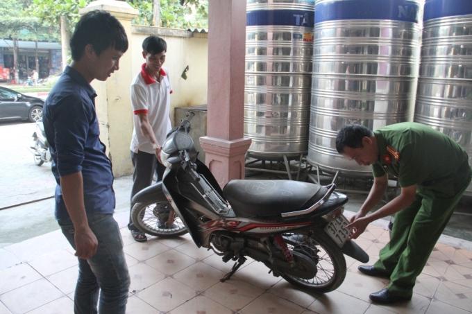 Lực lượng chức năng kiểm tra, trao trả lại chiếc xe máy cho anh Cường.
