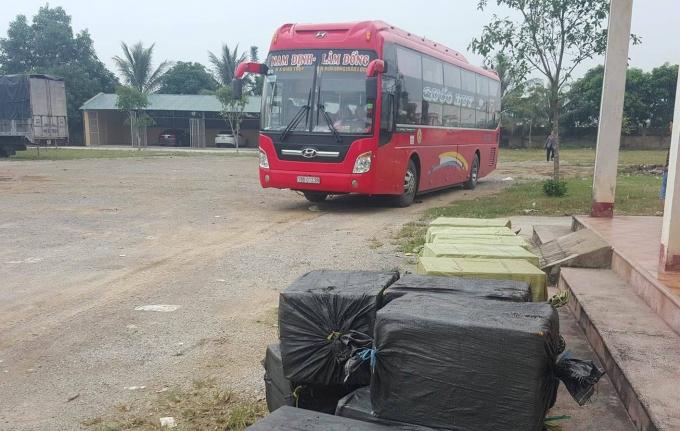 Kiểm tra chiếc xe khách lực lượng chức năng phát hiện 17 thùng xốp chất đầy nhộng tằm đã bốc mùi hôi thối.