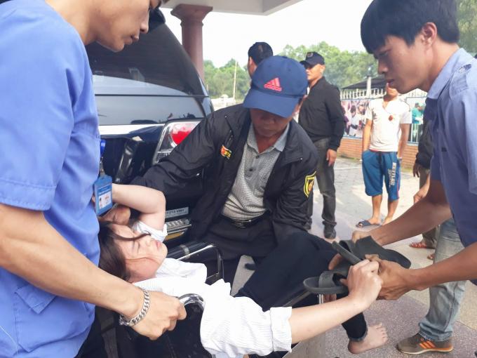 Công nhân được chuyển đến bệnh viện cấp cứu.